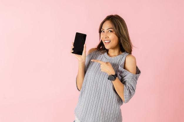 Een aziatische verrast vrouw met smartphone
