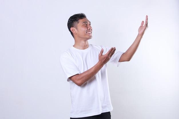 Een aziatische volwassen man met een wit t-shirt kijkt toe en opent zijn armen met een glimlach