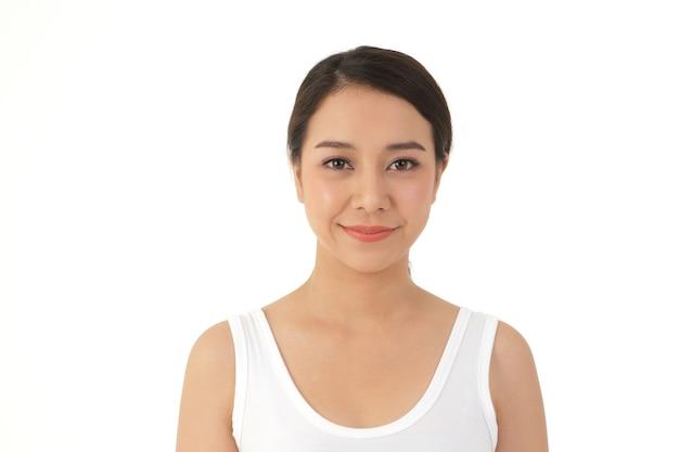 Een aziatische vrouw met een mooie en jonge glimlach en een goede huid
