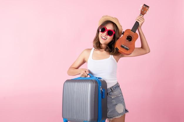 Een aziatische vrouwentoerist die de zomerkleren en een zonnebril draagt