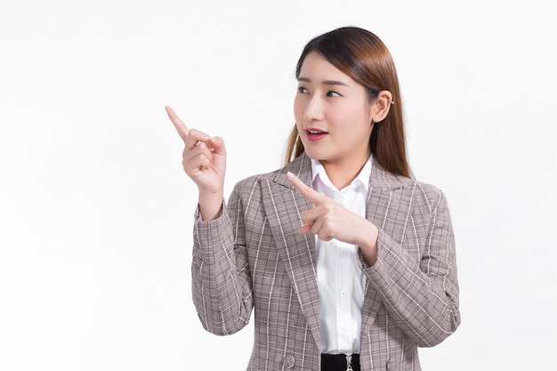 Een aziatische werkende vrouw in een formeel pak in een wit overhemd en komt opdagen om iets te presenteren