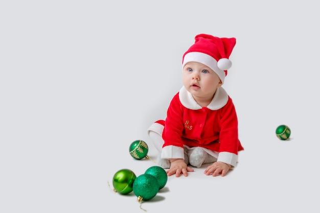 Een baby in een kerstman-kostuum