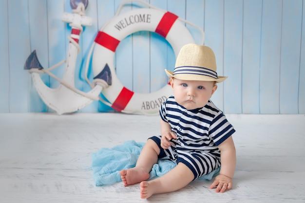Een baby in een vest naast een anker en een reddingsboei