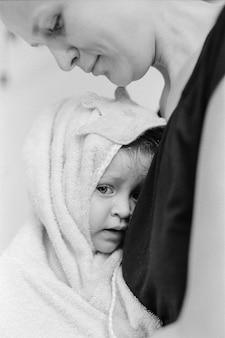 Een baby na het bad