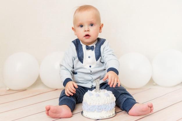 Een baby verjaardagsfeestje voor één jaar. baby die verjaardagscake eet