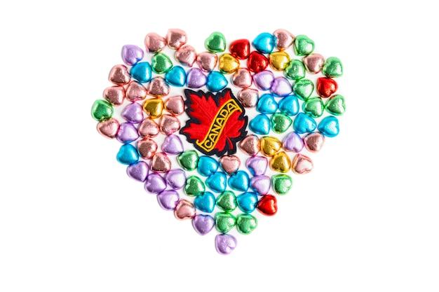 Een badge van canada en snoepjes in hartvorm