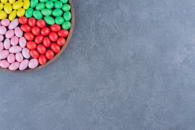 Een bak vol kauwgom op het marmeren oppervlak