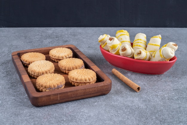 Een bakje met koekjes en een kom met koekjesverpakkingen