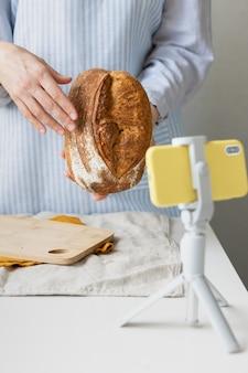 Een bakkersvrouw vertelt online een broodrecept een culinaire blog video kookcursussen over brood bakken Premium Foto