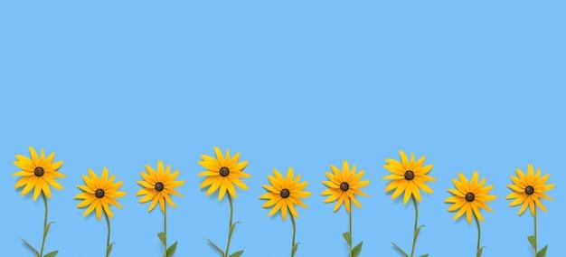 Een banner gemaakt van fel oranje bloemen op een blauwe achtergrond. een zomerse ansichtkaart.