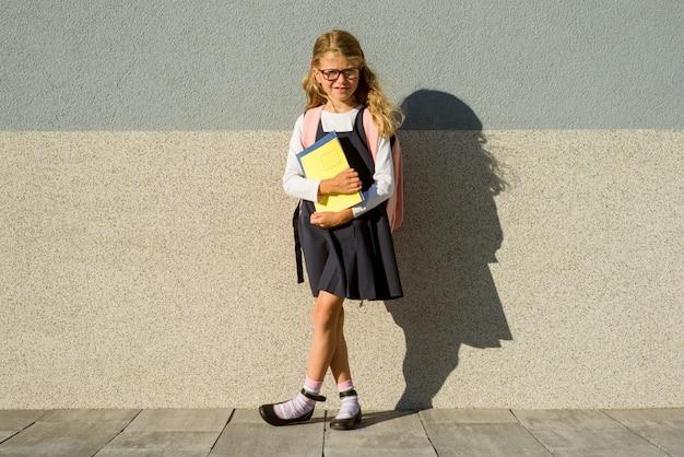 Een basisschoolstudent met notitieboekjes