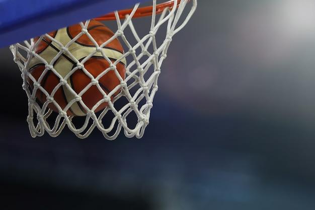Een basketbal vliegt de ring in. sportcomplex