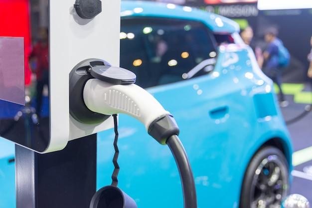 Een batterij van een elektrische auto opladen