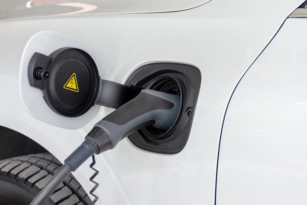 Een batterij voor een elektrische auto opladen