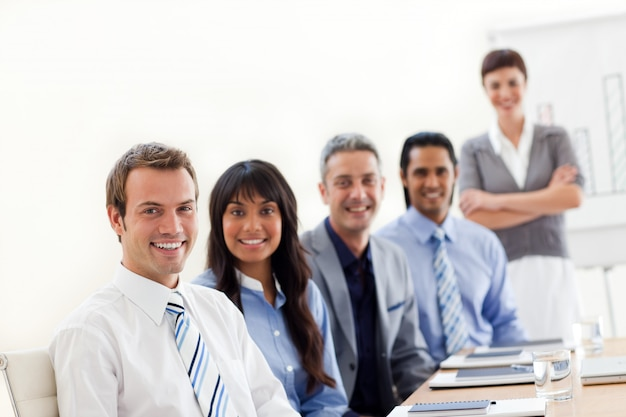 Een bedrijfsgroep die diversiteit toont bij een presentatie