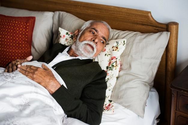 Een bejaarde indiase man in het bejaardentehuis