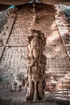 Een belangrijker figuur in de tempels van copan ruinas. honduras