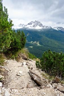 Een bergpiek in de winter, dolomiet, italië