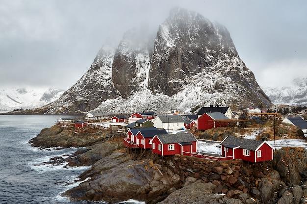 Een beroemde toeristische attractie is het vissersdorp hamnoy op de lofoten-eilanden,