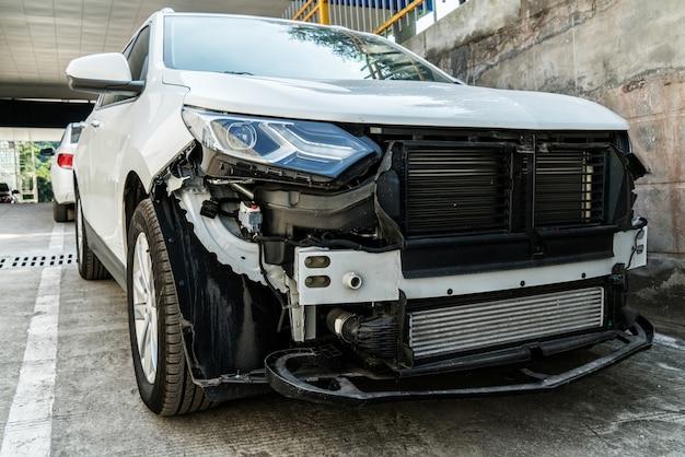 Een beschadigde auto, een verkeersongeval