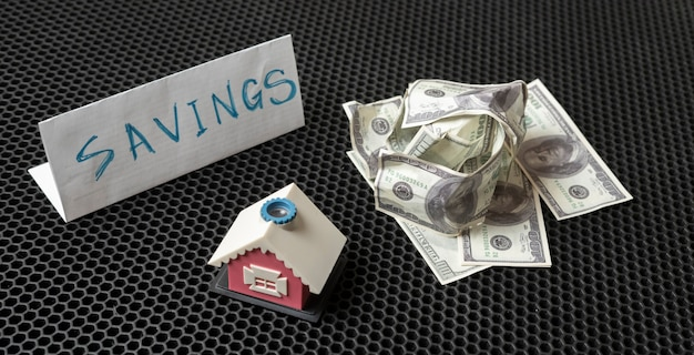 Een besparing van contant geld voor het nieuwe huis, eenvoudig miniconceptidee