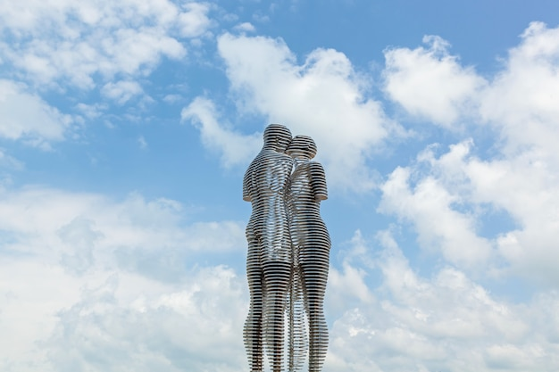 Een bewegende metalen sculptuur gemaakt door georgische beeldhouwer getiteld man and woman