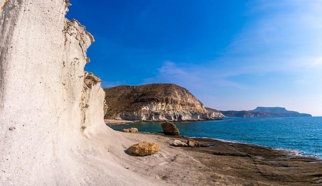 Een bezoek aan de witte rotswanden in cala de enmedio in het natuurpark cabo de gata, nijar, andalusië. spanje, middellandse zee