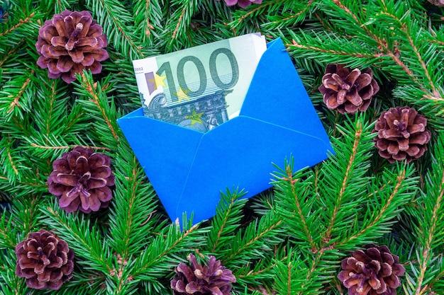 Een biljet van 100 euro in een blauwe envelop