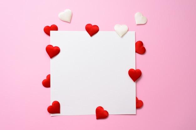 Een blanco kaart met hartjes voor valentijnsdag