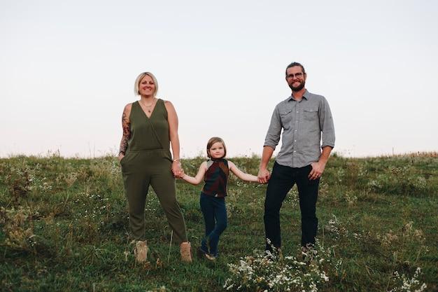Een blanke familie brengt samen tijd door op de boerderij