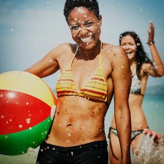 Een blanke familie geniet van de zomervakantie