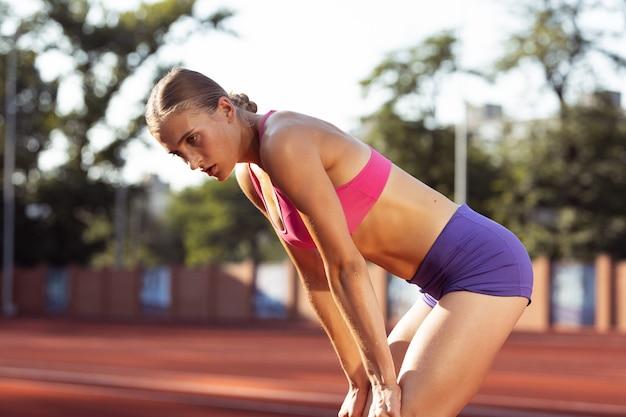 Een blanke professionele vrouwelijke atleet die buiten traint