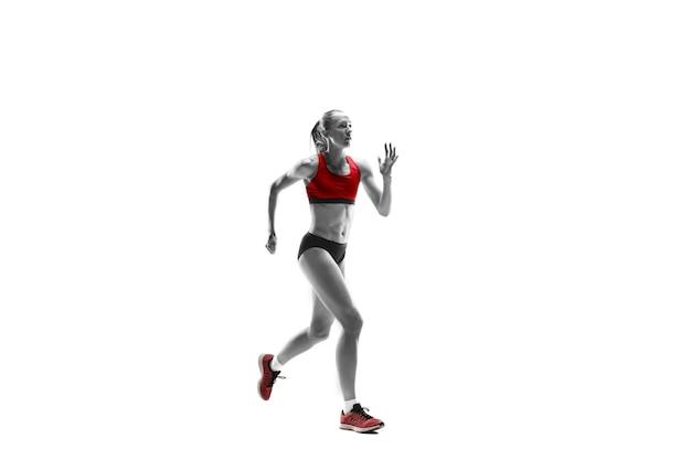Een blanke vrouw die op een witte achtergrond loopt