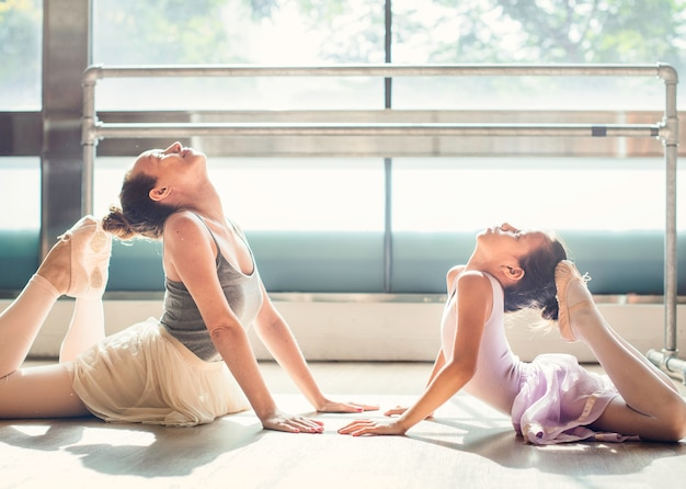 Een blanke vrouw en meisje ballet beoefenen