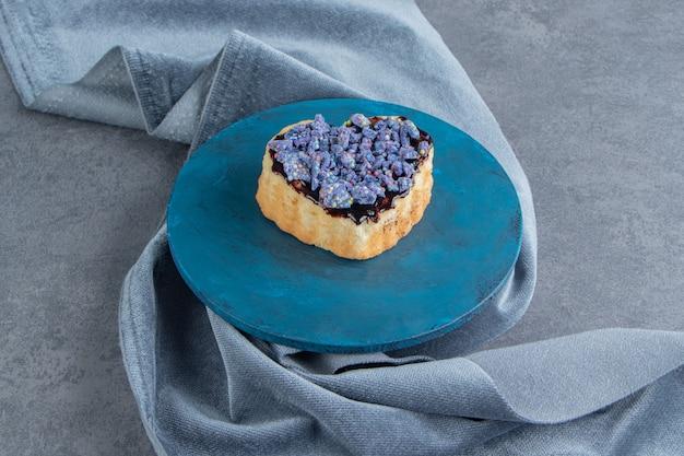 Een blauw bord met hartvormig gebak