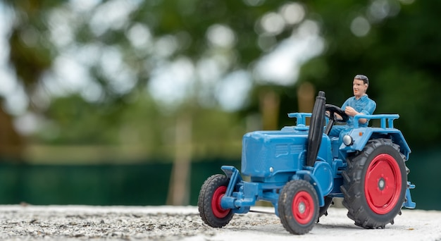 Een blauw speelgoedmodel van een tractor