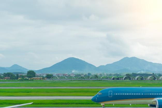 Een blauw vliegtuig op het punt om op te stijgen