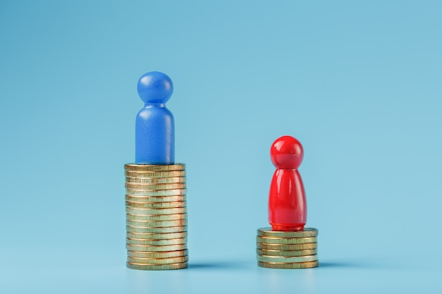 Een blauwe succesvolle zakenman met een grote winst op een stapel gouden munten en een rode minder succesvolle zakenman met kleine bedrijven op een blauwe achtergrond.