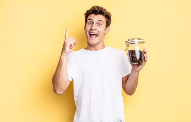 Een blij en opgewonden genie voelen na het realiseren van een idee, vrolijk vinger opsteken, eureka!. koffiebonen concept