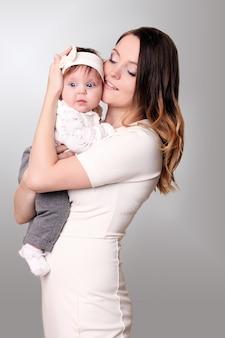 Een blije familie. moeder die dochtertje in haar armen houdt.