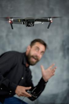 Een blije machinist test een nieuw onbemand luchtvaartuig op afstand met een camera