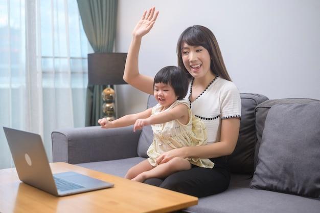 Een blije moeder en dochter ontspannen thuis relaxing