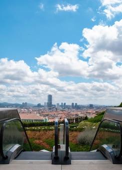 Een blik op istanbul vanaf de hoogte van een roltrap op het grondgebied van de çamlica-moskee.