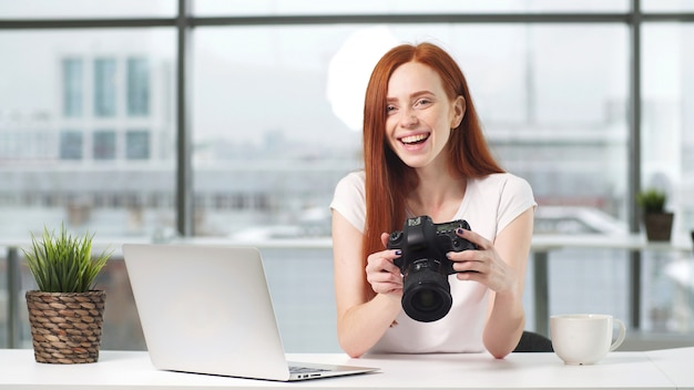 Een blogger bekijkt een opname van de opname op een digitale camera.