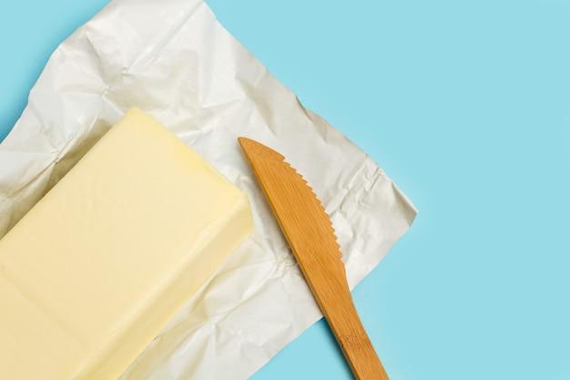 Een blok boter op een aluminiumpapiertje
