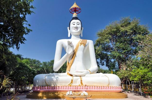Een boeddhabeeld op het eiland samet