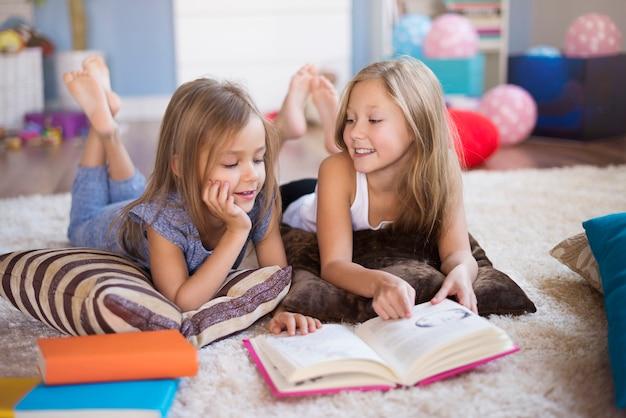 Een boek en twee meisjes