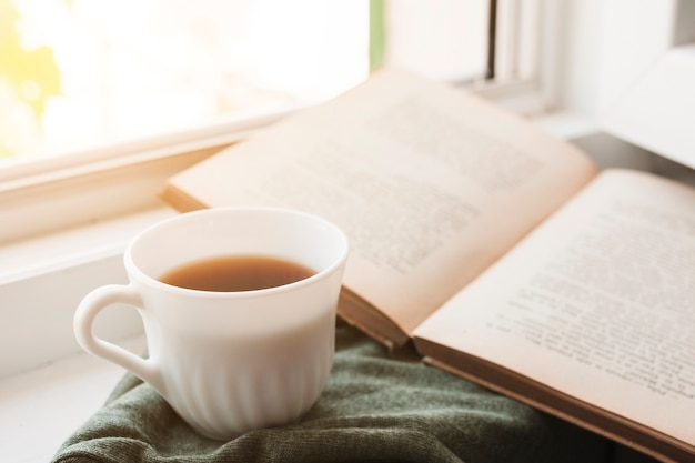 Een boek lezen en koffie drinken