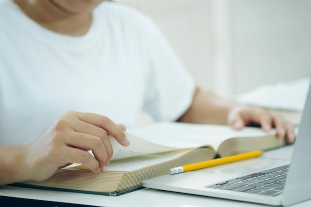 Een boek lezen. onderwijs, academisch, leren lezen en examen concept.