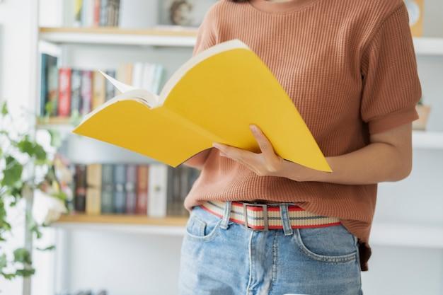 Een boek lezen. onderwijs, academisch, leren lezen en examenconcept.